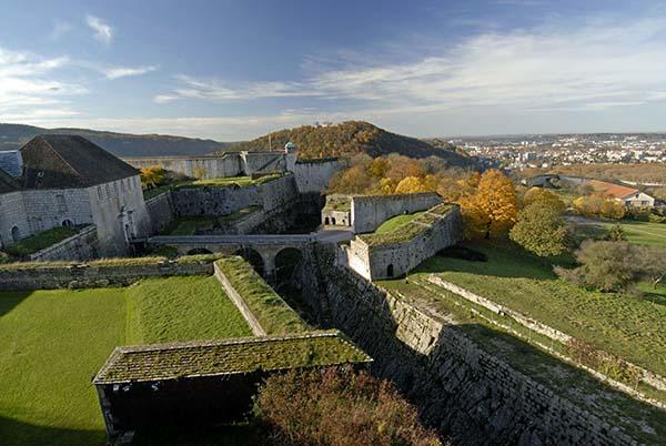 Besucher können in der Zitadelle die zahlreichen Mauern, Wachhäuschen, Türme und Grabenscheren erkunden wie auch das darin beherbergte Museum über das Leben in der Franche-Comté und das Musée de la Résistance. Foto: CRT