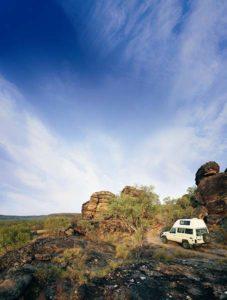 Mit einem Bushcamper kommt man fast überall hin. Wer allerdings fernab von Siedlungen im Outback unterwegs ist, sollte zwei Reserve-Reifen dabei haben und körperlich fit sein. So ein Rad bringt etliche Kilo auf die Waage. Foto: Tourism Queensland.