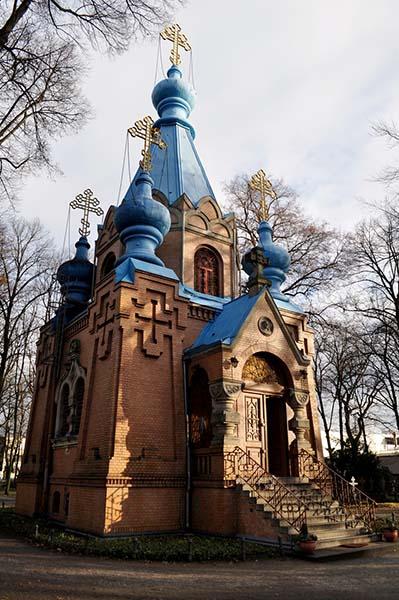 Die kleine Kirche mit den türkis leuchtenden Zwiebeltürmen wurde 2005 restauriert. Foto: Beate Lemcke