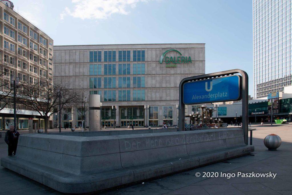 Berlin-Alexanderplatz zu Ostern. Schriftzug: Der Herr ist auferstanden. / Foto: Ingo Paszkowsky