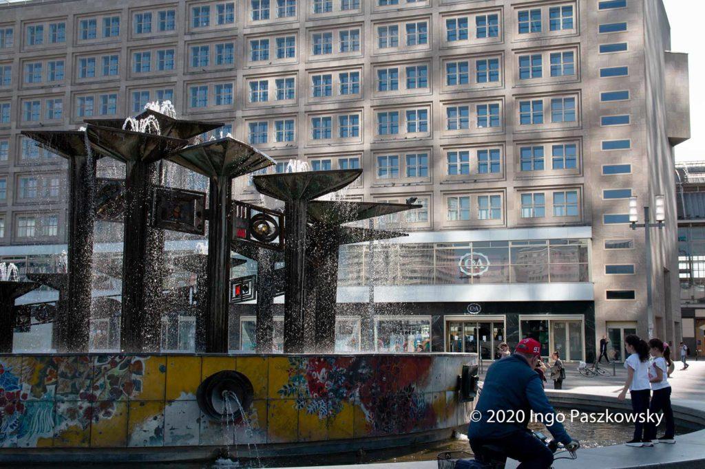 Ostern 2020 auf dem Alex. Im Hintergrund Galeria Kaufhof Berlin-Alexanderplatz / Foto: Ingo Paszkowsky