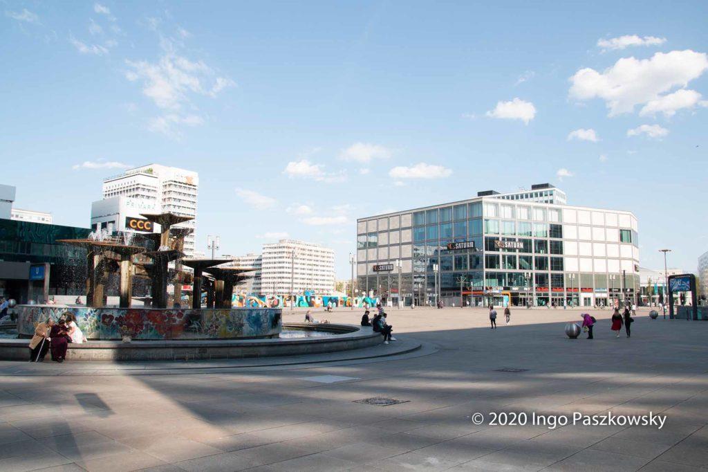 Ostern 2020 auf dem Alex. Wegen der Corona-Pandemie besuchen nur wenige Leute den sonst so belebten Platz / Foto: Ingo Paszkowsky