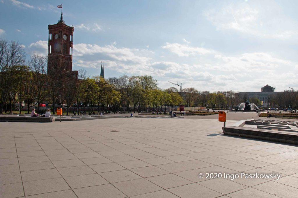 Leerer Platz hinter dem Fernsehturm. Das Rote Rathaus am Ostersonntag 2020 in Berlin / Foto: Ingo Paszkowsky