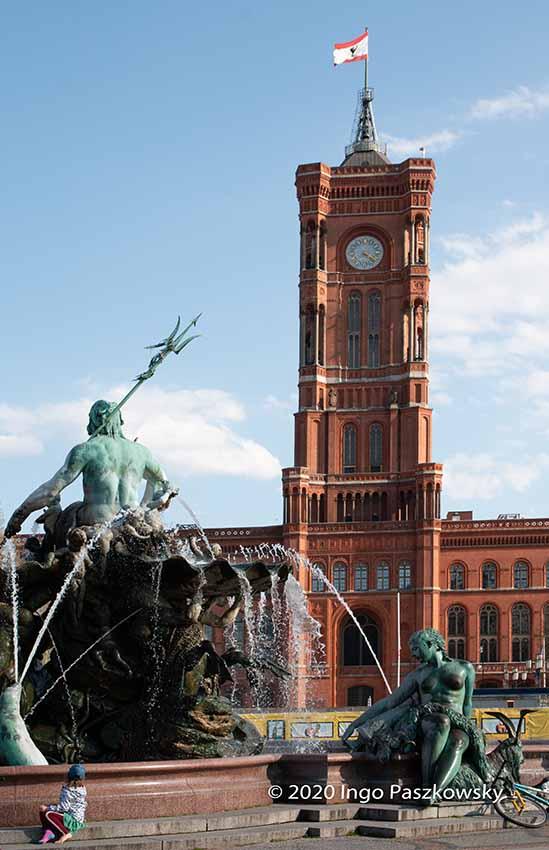 Rotes Rathaus und Neptunbrunnen in Berlin am Ostersonntag 2020 / Foto: Ingo Paszkowsky