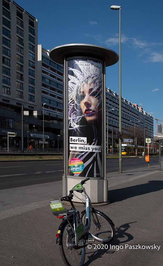"""Karl-Liebknecht-Straße in Berlin-Mitte. Anzeigenkampagne """"Berlin, we miss you"""" / Foto: Ingo Paszkowsky"""