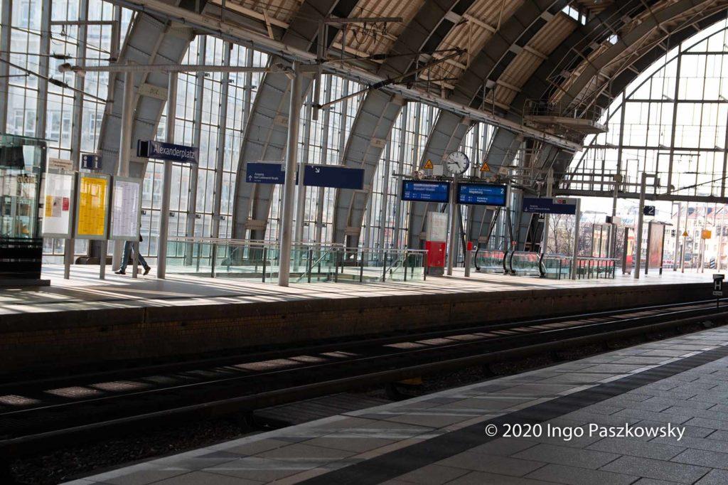 Wenig Fahrgäste an diesem Ostersonntag im Bahnhof Alexanderplatz. / Foto: Ingo Paszkowsky