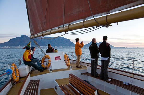 Catamaran-Ausflug vor Kapstadt. Foto: www.dein-suedafrika.de