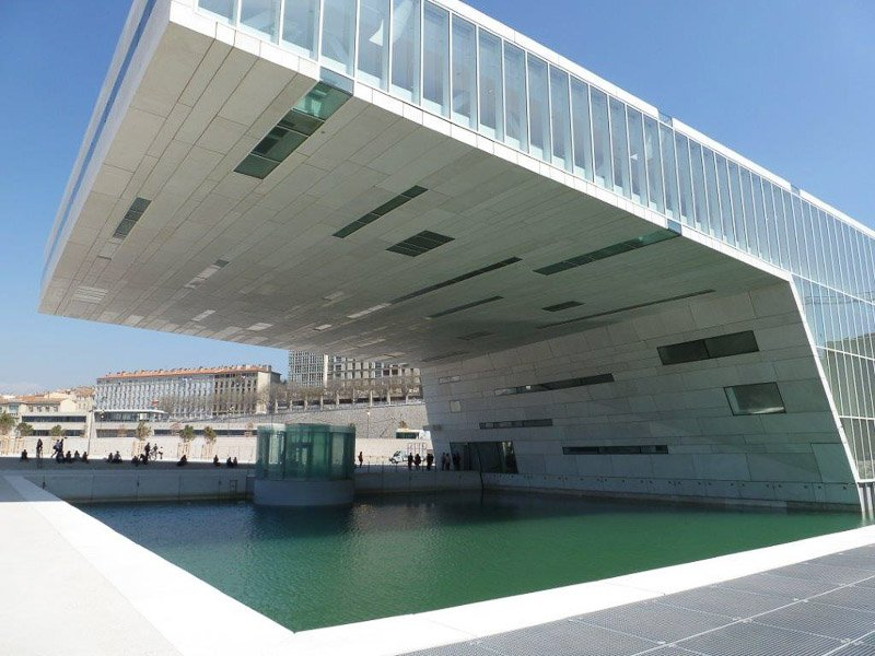 Wie ein großes C ist die Villa Méditerrannée gebaut. Sie soll eine Brücke zwischen Meer und Land darstellen. Foto: Perino
