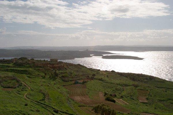 Blick von Gozo auf die kleinere Insel Comino. Foto: Ingo Paszkowsky