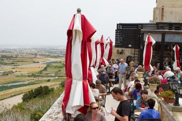Vom Restaurant Fontanella Tea Garden in Mdina hat man eine grandiose Aussicht über Maltas Landschaft. Foto: Ingo Paszkowsky