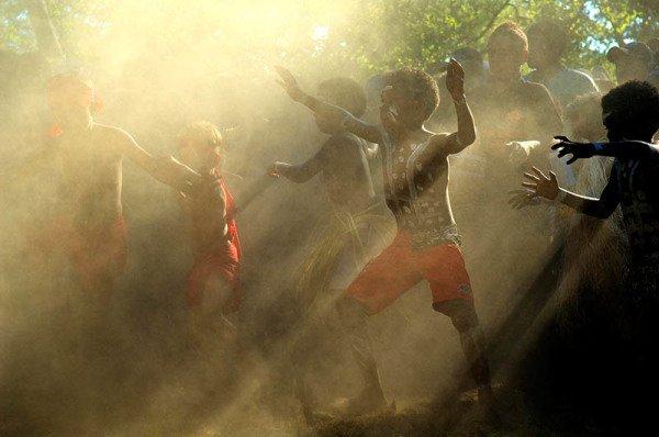 Mehr als 500 Tänzer und tausende Besucher werden im kleinen Ort Laura, rund fünf Autostunden nördlich von Cairns entfernt, erwartet. Foto: Kerry Trapnell/Tourism Queensland