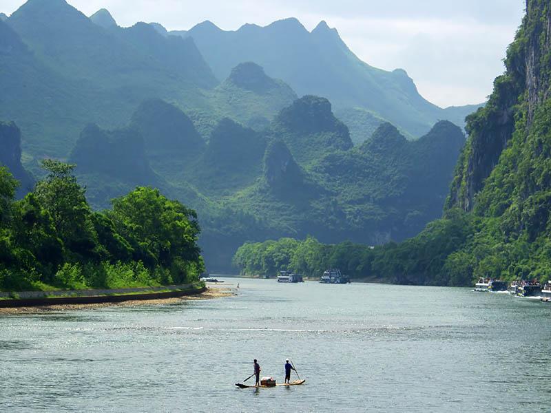 Das Städtchen Guilin mit seinen Karstkegelbergen und dem Li-Fluss ist für seine atemberaubende Naturschönheit schon seit Jahrhunderten beliebt. Foto: CAISSA Touristic