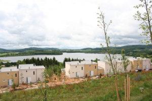 Gut 300 der Vier- bis Zehn-Personen-Häuser sind bereits fertig, die letzten 200 sollen bis zum Herbst stehen. Foto: Sonja Thelen