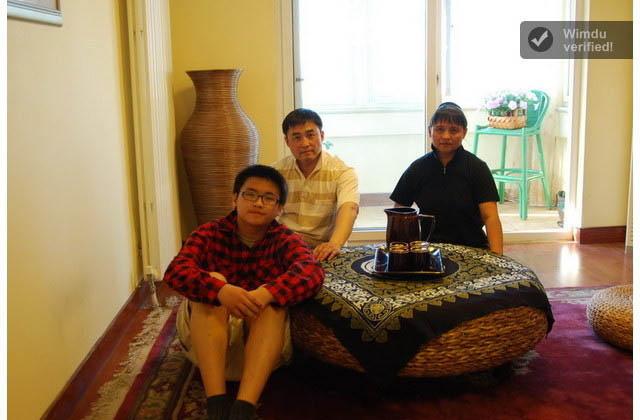 In Peking freuen sich Gastgeber Jason mit Frau und Kind auf Besucher. Ihre Wohnung liegt im obersten Stockwerk eines Hochhauses und bietet Snowden damit reichlich Rückzugsmöglichkeiten. Foto: Wimdu
