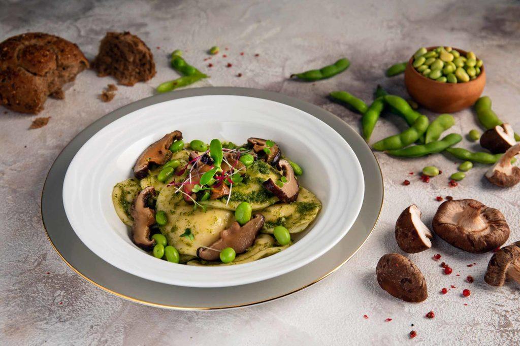 Pilz (Shiitake) Ravioli mit Koriander-Pesto und Edamame (unreif geerntete Sojabohnen) / Foto: Emirates