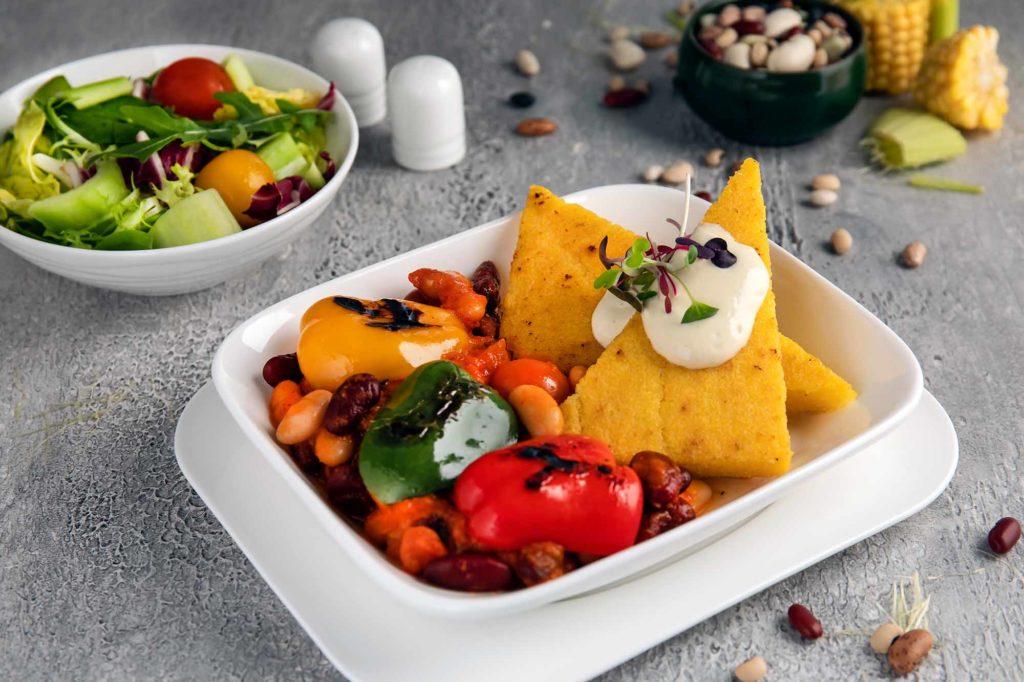 Eine vegetarische Köstlichkeit: Ancho Three Bean Chilli - ein gewürztes veganes Eintopfgericht aus Paprika und Bohnen, serviert mit Maiskuchen, Chimichurri und Tofu-Aioli / Foto: Emirates