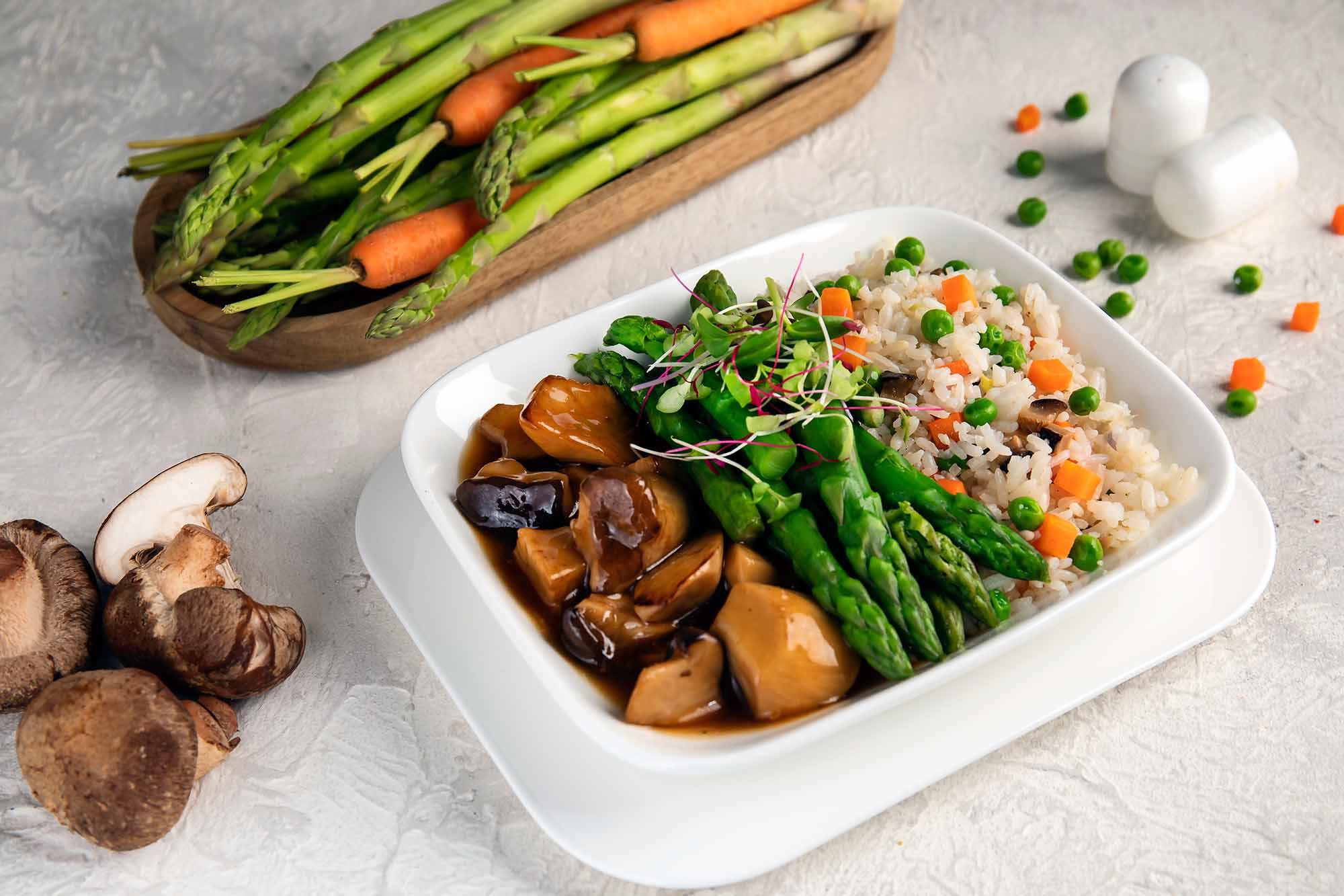Für Vegetarier: Gebratener Shitake-Reis, serviert mit sautiertem Spargel, Austernpilzen und Marmitsauce / Foto: Emirates