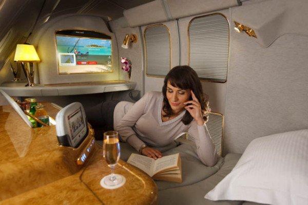 Emirates A380 First Class (Oberdeck): Die Suiten sind mit elektronischen Türen, Minibar, Leselampen und Arbeitstisch inklusive beleuchtetem Kosmetikspiegel ausgestattet. Foto: Emirates / felixshumack www.icandy.ae