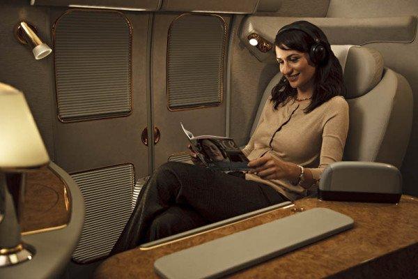 Die First Class im Emirates A380 verfügt über 14 Privatsuiten mit Sesseln, die sich in Flachbetten verwandeln lassen (1-2-1 Konfiguration). Foto: Emirates / felixshumack www.icandy.ae