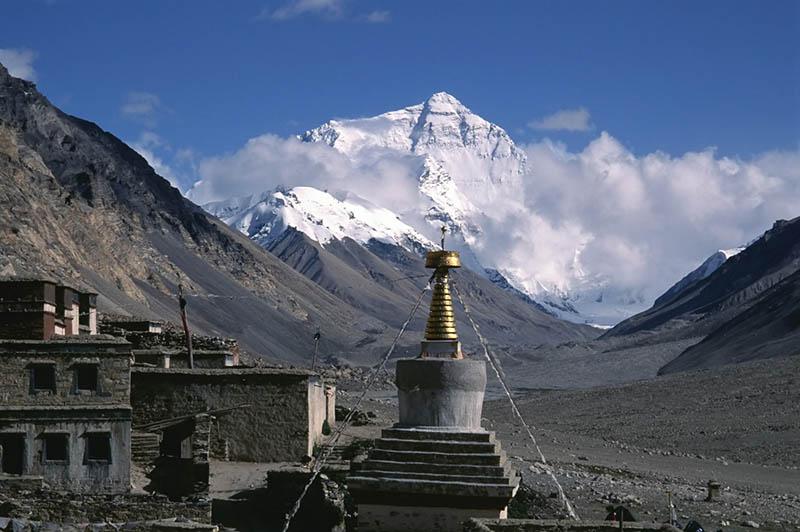 Rongbuk-Kloster mit dem Blick auf den Mount Everest. Foto: CAISSA Touristic / Laurent Vivier