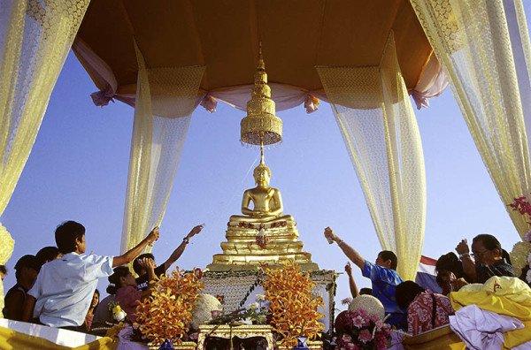 Im ganzen Land werden Buddha-Figuren zu rituellen Reinigungen geführt. Foto: TAT