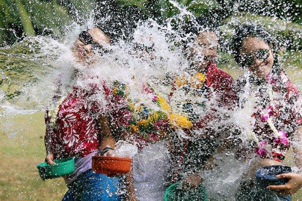 Im Laufe der Jahre haben sich neben den besinnlichen Zeremonien, regelrechte volksfestartige Wasserschlachten etabliert. Foto: TAT