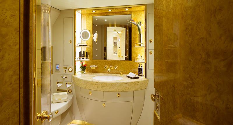 Eine großzügige Spa-Dusche, ausgestattet unter anderem mit einer innovativen Bodenheizung und hochwertigen, natürlichen Hautpflegeprodukten rundet das Premiumangebot ab. Foto: Emirates