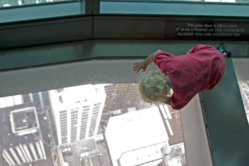 Nur das kleine Kind bewegt sich unbefangen auf dem Panzerglas. Viele Erwachsene haben schon Probleme auf dieses Glas zu treten. Der Sky Tower ist der Fernsehturm ist mit 328 Metern das höchste Gebäude der südlichen Hemisphäre. Foto: Ingo Paszkowsky