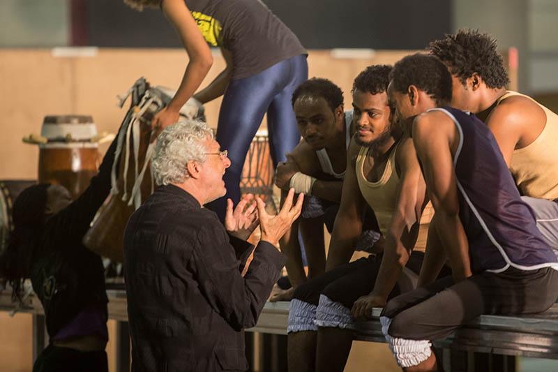 So wird es gemacht. Andre Heller im Gespräch mit Künstlern. Foto: Afrika! Afrika!