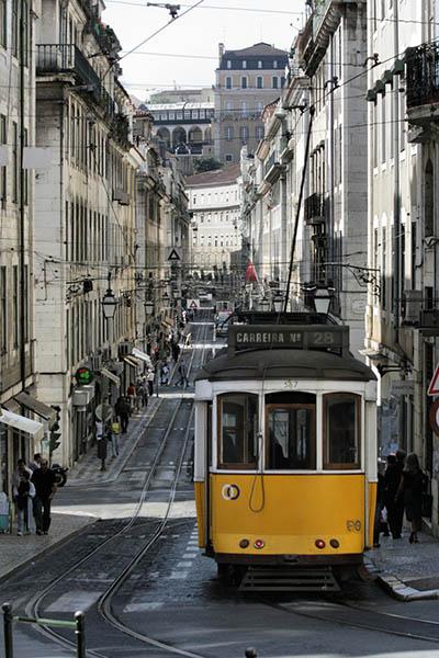 Der Lissaboner Stadtteil Baixa ist von römischen Galerien untertunnelt, die bis heute das Fundament vieler Häuser bilden. Die Stadtverwaltung wollte die alten Straßenbahnen durch neue Modelle ersetzen. Touristiker und Touristen sind dagegen. Foto: Turismo de Lisboa