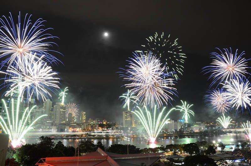 Den Abschluss des Festivals bildet das Feuerwerk über der Story Bridge am Brisbane River. Foto: Tourism Queensland / Daniel Shoebrigde