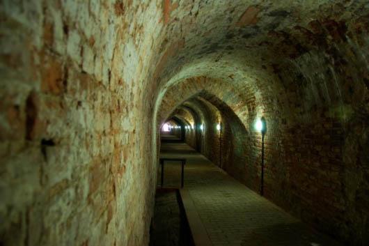 """Mitten im Stadtzentrum in der Straße """"Rua da Conceição"""" geht es für Besucher hinab in Lissabons Kellergeschoss. Foto: Turismo de Lisboa"""