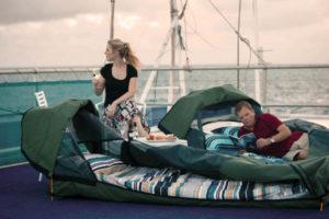 Ein Swag ist eine Zeltkonstruktion mit Sichtfenster in den Sternenhimmel. Foto: Cruise Whitsundays