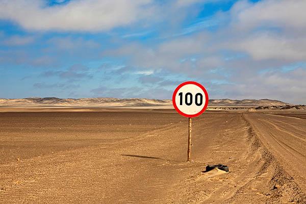 Raser aufgepasst: Geschwindigkeitsberenzung auf Sandpiste im Skeleton Coast National Park in Namibia. Foto: Ingo Paszkowsky