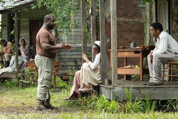 Regisseur Steve McQueen im Gespräch mit den Schauspielern. Foto: TOBIS Film
