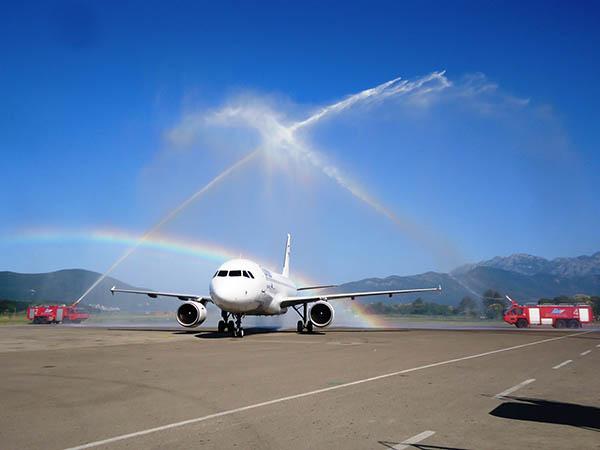 Condor fliegt auch kürzere Strecken und wird dafür mit Wasser-Salut belohnt. Erstflug nach Montenegro im vergangenen Sommer von Frankfurt (FRA) nach Tivat (TIV). Foto: Condor Flugdienst