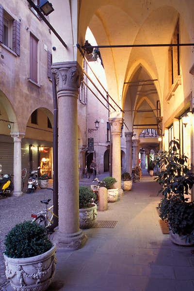 Das Alte Ghetto mit seinem charakteristischen Gassengewirr und seinen Bogengängen, mittelalterlichen Gebäuden und bedeutenden historischen Bauten ist heute ein Szeneviertel. © F. Rossi