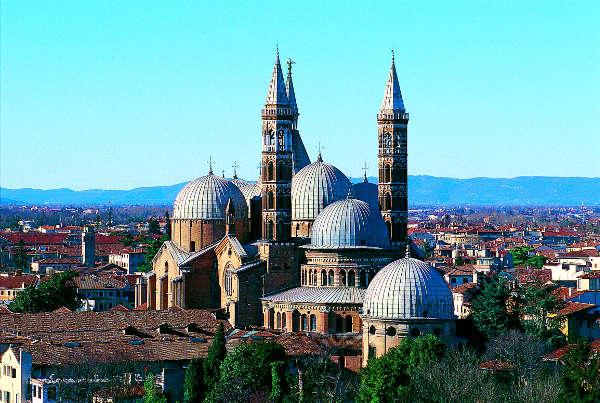 Die Basilika des Heiligen Antonius ist das wichtigste religiöse Gebäude der Stadt. F. e M. Danesin