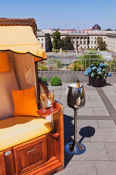 Man könnte auf der Dachterrasse des Hotels de Rome auch einfach ein Glas Champagner trinken, etwas Leckeres essen und die Seele baumeln lassen. Foto: Thielemann