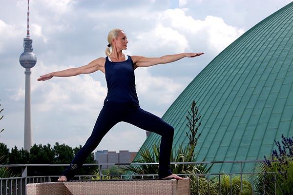 Ganz schon durchtrainiert: Patrica Thielemann beim Spirit-Yoga auf der Dachterrasse des Hotels de Rome. Foto: Thielemann