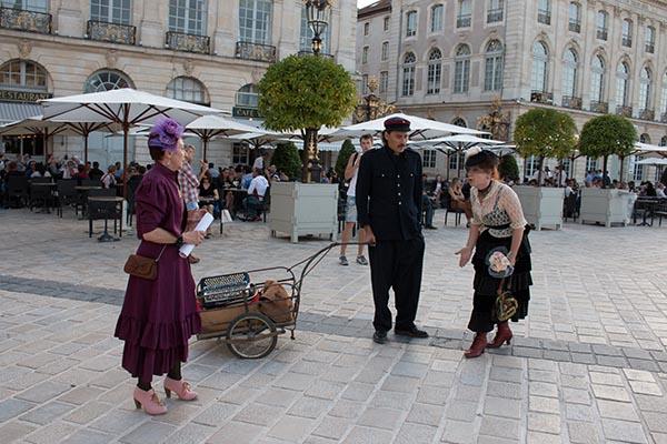 Die Theatertruppe La Comédie de Nancy zieht spielend durch die Innenstadt. Foto: Ingo Paszkowsky