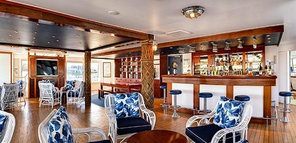 Bar und Lounge. Foto: bluelagooncruises.com