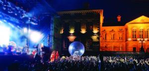Belsonic rockt in der umtriebig schönen Stadtatmosphäre des Custom House Square in Belfasts historischem Cathedral Quarter richtig gut. Foto: Tourism Ireland