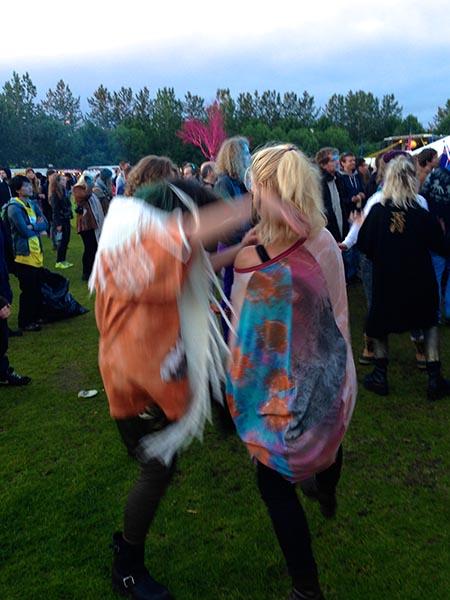 Das unberechenbare isländische Wetter verwandelt die Wiese vor den kleinen Bühnen in eine Schlammwüste. Doch die Besucher stört es nicht, sie tanzen im Regen weiter und halten sich so warm. Foto: VT