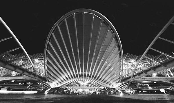 Gare do Oriente, Lissabon, Portugal. Architekt: Santiago Calatrava S.A. Das Gebäude wurde 1998 als Transportzentrum für die Weltausstellung in Lissabon errichtet. Mit etwa 75 Millionen Gästen pro Jahr ist der Bahnhof einer der meistbesuchten Portugals. Copyright: Manuela Martin
