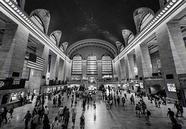 Grand Central Terminal, New York. Architekt: Warren & Wetmore Grand Central ist ein Terminus und keine Station im eigentlichen Sinne, da Züge dort – hauptsächlich an Stumpfgleisen – enden. 1968 schlug die Penn Central Corporation vor, einen Büroturm auf dem Bahnhofsgebäude zu errichten. Zunächst bestand wenig Hoffnung, dass dieses Projekt abgelehnt würde, doch dann setzte sich Jacqueline Kennedy Onassis für die Erhaltung des historischen Bahnhofes ein. Copyright: Navjit Bhamra