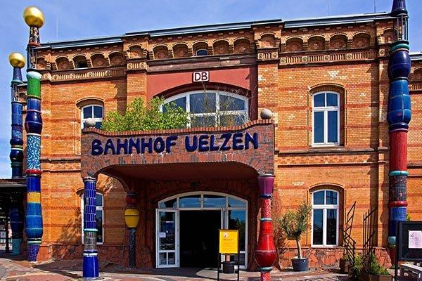 Hundertwasser Bahnhof Uelzen, Deutschland. Architekt: Hubert Stier, Friedensreich Hundertwasser Das ursprüngliche Gebäude entstand 1887 und wurde von 1998 bis 2000 nach Plänen von Friedensreich Hundertwasser für die Weltausstellung saniert. Der Bahnhof ist eines der letzten Projekte Hundertwassers, da er 2000 starb. Copyright: sigiha20141