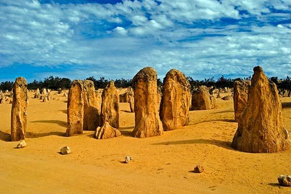 """In der Nähe der australischen Stadt Cervantes liegt der Nambung-Nationalpark (Nambung National Park). Hauptattraktion des Nationalparks sind die bis zu 4 Meter hohen verwitterten Kalksteinsäulen, die """"Pinnacles"""""""