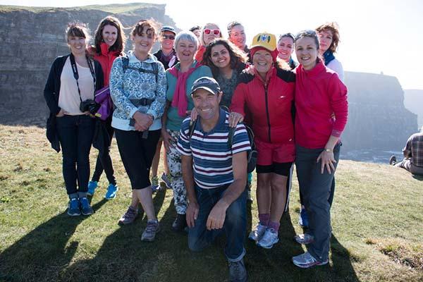 Cliffs of Moher: Teilnehmerinnen eines Junggesellinnenabschieds, vorn Cliff Walk Giude Pat Sweeney.
