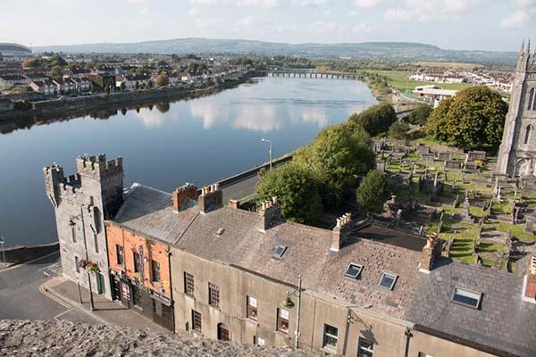 Blick vom Turm des King John's Castle auf Limerick.